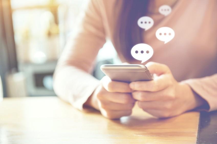 Chatbots-Vs.-Human-Powered-Live-Chat-copy